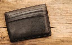 在木背景的钱包 免版税图库摄影