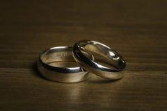 在木背景的银婚圆环 免版税库存照片