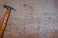 在木背景的锤子与您自己的文本的拷贝空间 库存照片