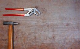 在木背景的锤子与您自己的文本的拷贝空间 图库摄影