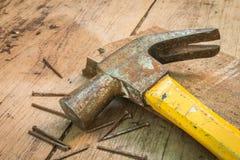 在木背景的锤子 免版税库存图片