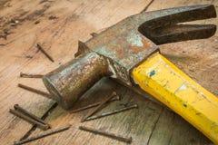 在木背景的锤子 免版税库存照片