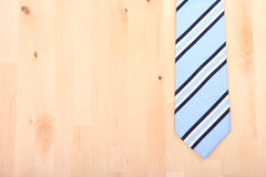 在木背景的镶边领带 免版税库存照片