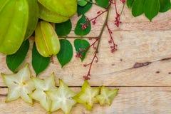在木背景的阳桃 免版税库存照片