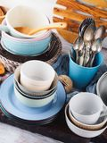 在木背景的陶瓷和搪瓷陶器 免版税库存照片