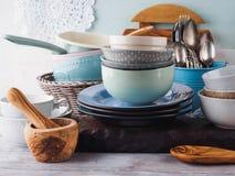 在木背景的陶瓷和搪瓷陶器 库存照片