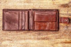 在木背景的难看的东西钱包 库存照片