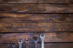 在木背景的集合各种各样的板钳 库存图片