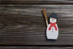 在木背景的雪人圣诞节装饰的 库存照片
