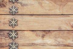 在木背景的雪花,圣诞节雪剥落,冬天12月 图库摄影