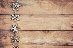 在木背景的雪花,圣诞节雪剥落,冬天12月 库存照片