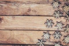 在木背景的雪花,圣诞节雪剥落,冬天12月 免版税图库摄影