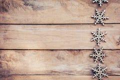 在木背景的雪花,圣诞节雪剥落,冬天12月 免版税库存图片