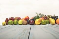 在木背景的静物画果子 免版税图库摄影