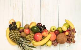 在木背景的静物画果子 库存图片