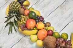 在木背景的静物画果子 库存照片