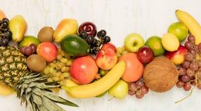 在木背景的静物画果子 免版税库存图片