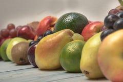 在木背景的静物画果子 免版税库存照片