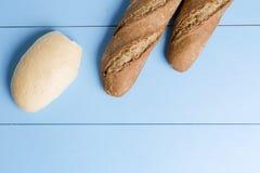 在木背景的面包 免版税库存照片