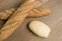 在木背景的面包 库存照片