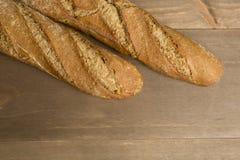 在木背景的面包 免版税库存图片