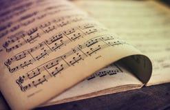在木背景的音乐纸张 免版税库存图片