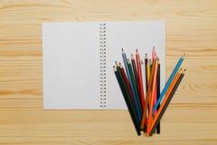 在木背景的颜色铅笔 库存图片