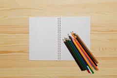在木背景的颜色铅笔 免版税图库摄影