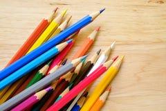 在木背景的颜色铅笔 免版税库存图片