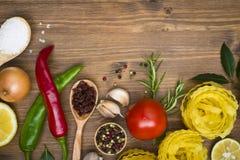 在木背景的食物ingrediens 图库摄影