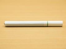 在木背景的香烟 免版税图库摄影