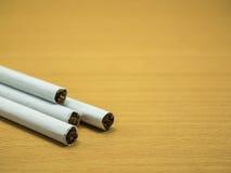 在木背景的香烟 免版税库存照片