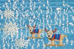 在木背景的驯鹿玩具与自然雪,圣诞节背景 免版税库存照片