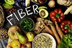在木背景的高纤维食物 高平的位置食物在纤维 健康饮食吃 顶视图 免版税库存照片
