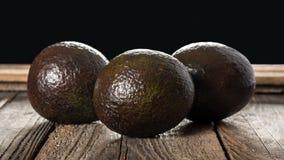 在木背景的鲕梨 免版税图库摄影