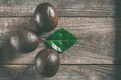 在木背景的鲕梨 免版税库存照片