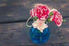 在木背景的鲜花 免版税库存图片