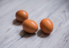 在木背景的鸡鸡蛋 库存照片