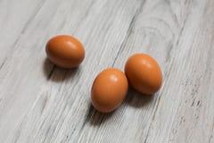 在木背景的鸡鸡蛋 免版税图库摄影
