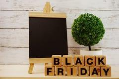 在木背景的黑星期五销售购物概念字母表 库存照片