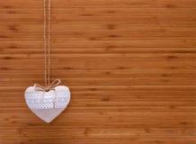在木背景的破旧的别致的心脏 免版税库存图片