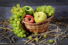 在木背景的水果篮 免版税库存照片