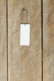 在木背景的价牌标签 库存图片