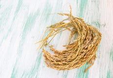 在木背景的水稻种子 免版税库存照片