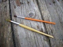 在木背景的画笔 免版税库存照片