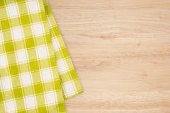 在木背景的绿色和白色厨房纺织品纹理 免版税图库摄影
