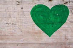 在木背景的绿色心脏 免版税库存照片