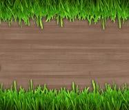 在木背景的绿草 免版税库存图片