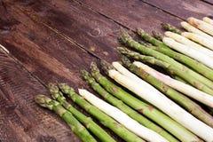 在木背景的aspargus 免版税库存照片