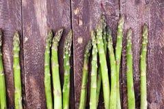 在木背景的aspargus 图库摄影